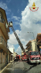https://www.ragusanews.com//immagini_articoli/11-09-2021/1631377863-comiso-le-foto-della-palazzina-in-fiamme-5-280.jpg