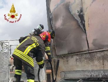 https://www.ragusanews.com//immagini_articoli/11-09-2021/1631377864-comiso-le-foto-della-palazzina-in-fiamme-6-280.jpg