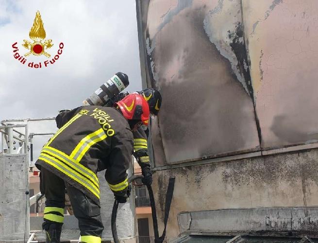 https://www.ragusanews.com//immagini_articoli/11-09-2021/1631377864-comiso-le-foto-della-palazzina-in-fiamme-6-500.jpg