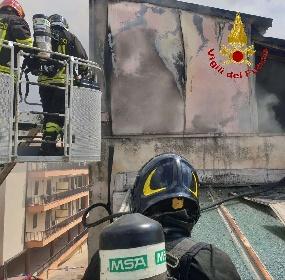https://www.ragusanews.com//immagini_articoli/11-09-2021/1631377866-comiso-le-foto-della-palazzina-in-fiamme-7-280.jpg
