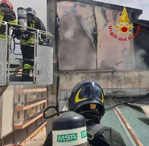 https://www.ragusanews.com//immagini_articoli/11-09-2021/1631377866-comiso-le-foto-della-palazzina-in-fiamme-7-500.jpg