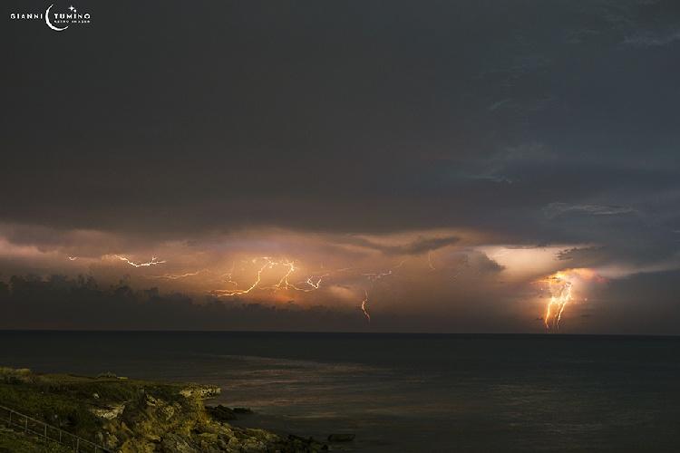https://www.ragusanews.com//immagini_articoli/11-09-2021/fulmini-a-torre-di-mezzo-la-foto-500.jpg