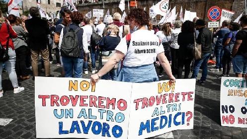 https://www.ragusanews.com//immagini_articoli/11-09-2021/tremila-medici-e-infermieri-no-vax-sospesi-a-centinaia-anche-a-ragusa-280.jpg