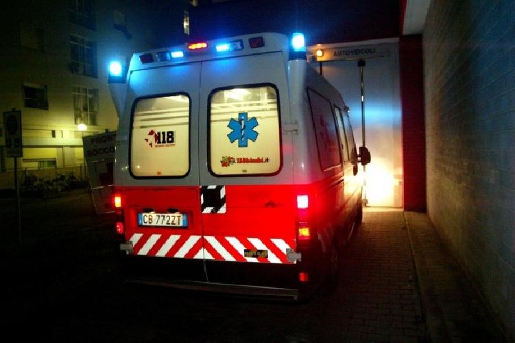http://www.ragusanews.com//immagini_articoli/11-10-2014/rubano-sirena-ambulanza-durante-soccorso-500.jpg