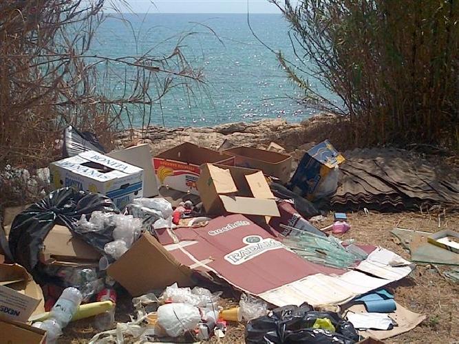 https://www.ragusanews.com//immagini_articoli/11-10-2014/via-del-mare-via-dei-rifiuti-500.jpg