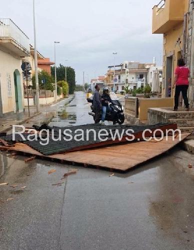 http://www.ragusanews.com//immagini_articoli/11-10-2015/maltempo-il-tetto-di-una-casa-volato-a-punta-secca-500.jpg
