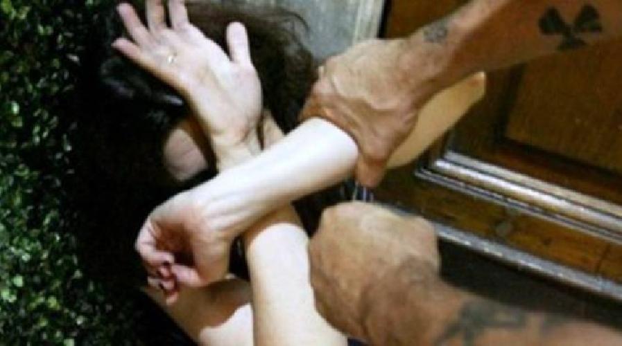 http://www.ragusanews.com//immagini_articoli/11-10-2017/minaccia-morte-moglie-figlie-minorenni-allontanato-casa-500.jpg