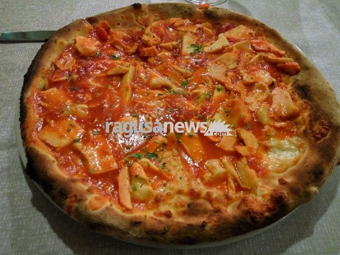 https://www.ragusanews.com//immagini_articoli/11-10-2017/pizza-funcia-carrubo-trover-albero-500.jpg