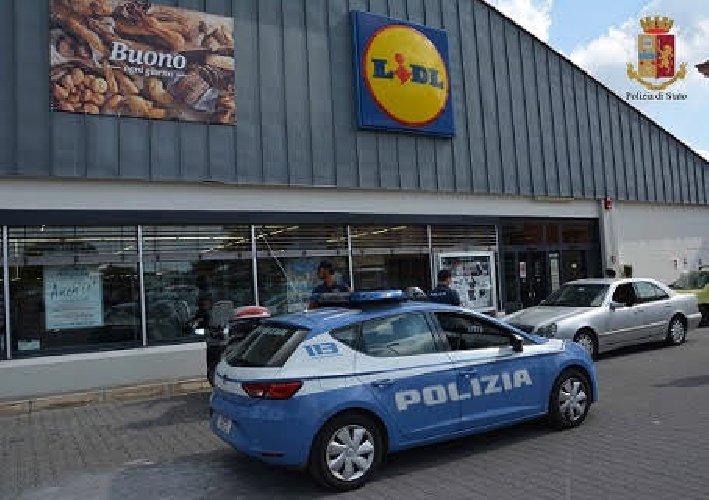 https://www.ragusanews.com//immagini_articoli/11-10-2018/armato-coltello-tenta-rapina-supermercato-500.jpg