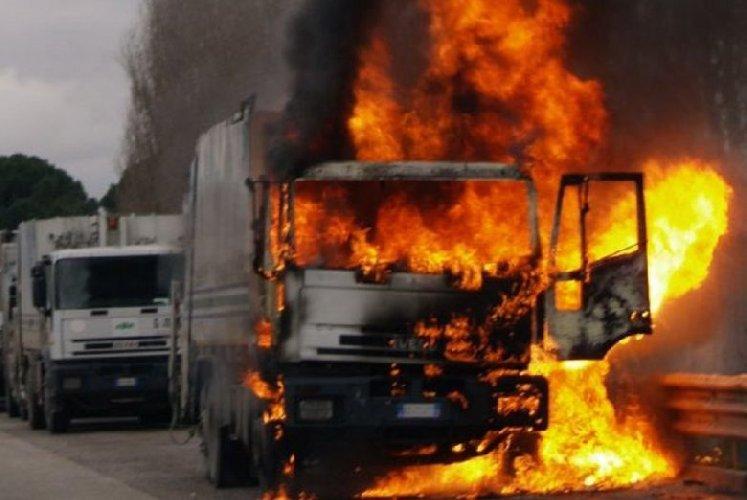 https://www.ragusanews.com//immagini_articoli/11-10-2019/camion-a-fuoco-palermo-catania-traffico-deviato-500.jpg