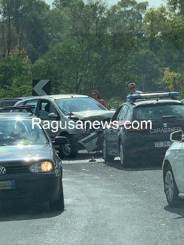 https://www.ragusanews.com//immagini_articoli/11-10-2019/renault-investe-auto-dei-carabinieri-500.jpg