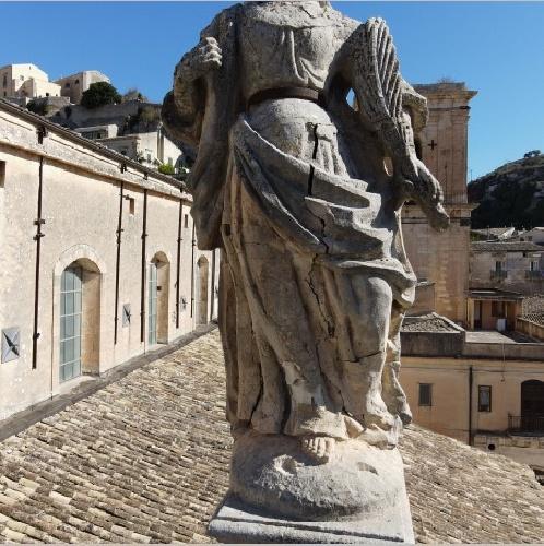https://www.ragusanews.com//immagini_articoli/11-10-2021/1633958211-si-consolida-la-statua-di-santa-rosalia-e-dei-quattro-apostoli-a-modica-1-500.jpg