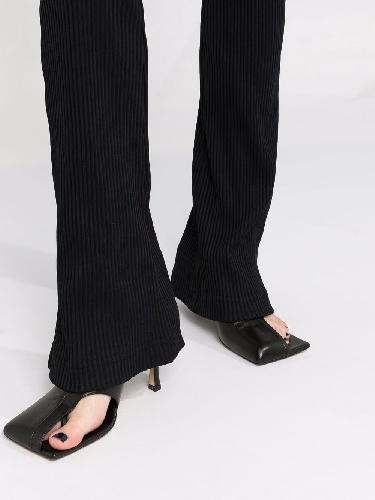 https://www.ragusanews.com//immagini_articoli/11-10-2021/i-pantaloni-comodi-per-la-moda-autunno-2021-500.jpg