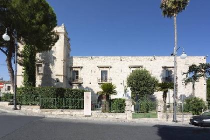 https://www.ragusanews.com//immagini_articoli/11-10-2021/la-regione-vuole-acquistare-il-castello-di-comiso-280.jpg