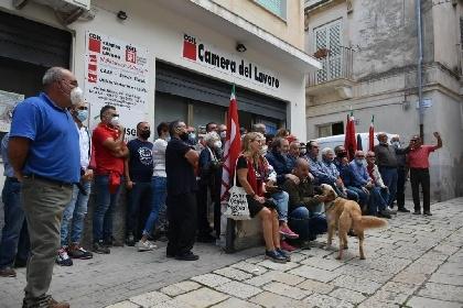 https://www.ragusanews.com//immagini_articoli/11-10-2021/ragusa-presidi-antifascisti-in-ogni-sede-cgil-della-provincia-foto-video-280.jpg