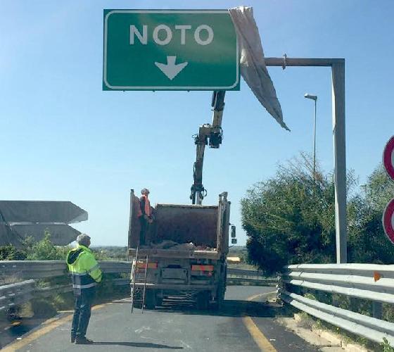 https://www.ragusanews.com//immagini_articoli/11-11-2017/autostrada-svincolo-noto-chiuso-novembre-500.jpg