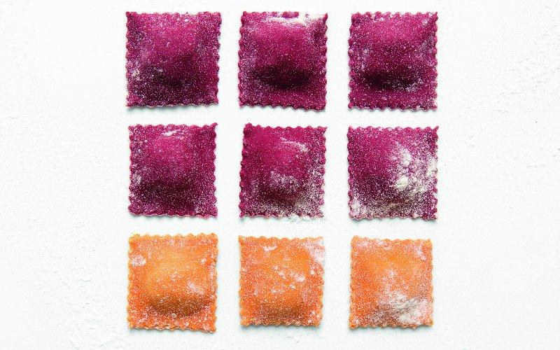 https://www.ragusanews.com//immagini_articoli/11-11-2018/ravioli-sono-pantone-primo-libro-ricette-colorate-500.jpg