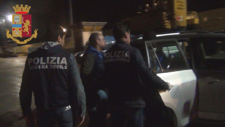 https://www.ragusanews.com//immagini_articoli/11-11-2018/scafisti-amanti-selfie-fanno-arrestare-polizia-500.jpg