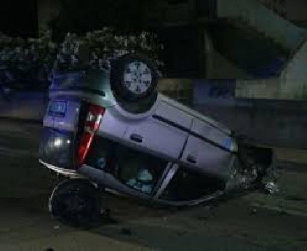 https://www.ragusanews.com//immagini_articoli/11-11-2018/tunisino-cappotta-auto-lungo-discesa-sorda-500.jpg