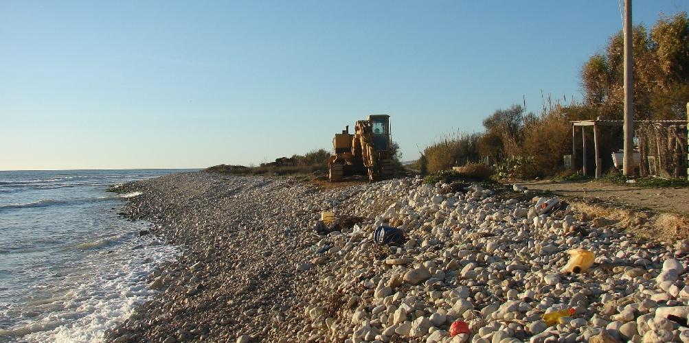 https://www.ragusanews.com//immagini_articoli/11-12-2014/erosione-costiera-la-colpa-a-scicli-e-a-ispica-e-dei-pennelli-500.jpg