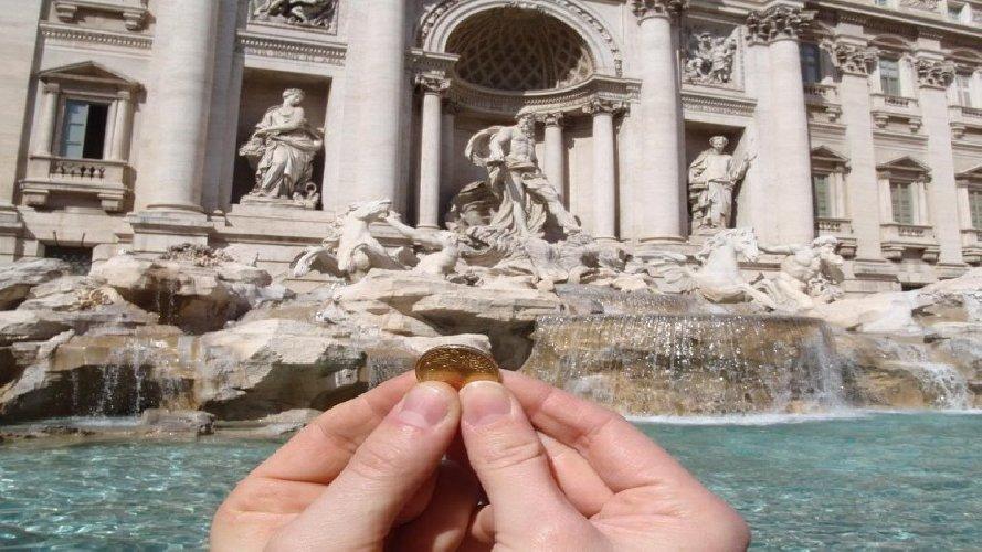 https://www.ragusanews.com//immagini_articoli/12-01-2019/monetine-fontana-trevi-roma-caritas-500.jpg