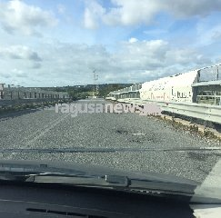 https://www.ragusanews.com//immagini_articoli/12-01-2020/circonvallazione-pozzallo-riecco-il-cratere-240.jpg
