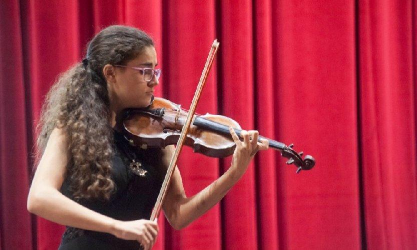 https://www.ragusanews.com//immagini_articoli/12-01-2020/greca-puddu-al-violino-marco-schirru-al-piano-a-scicli-500.jpg