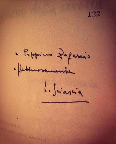 https://www.ragusanews.com//immagini_articoli/12-01-2021/1610440063-trova-nel-cassonetto-un-libro-di-sciascia-autografato-dallo-scrittore-2-500.jpg