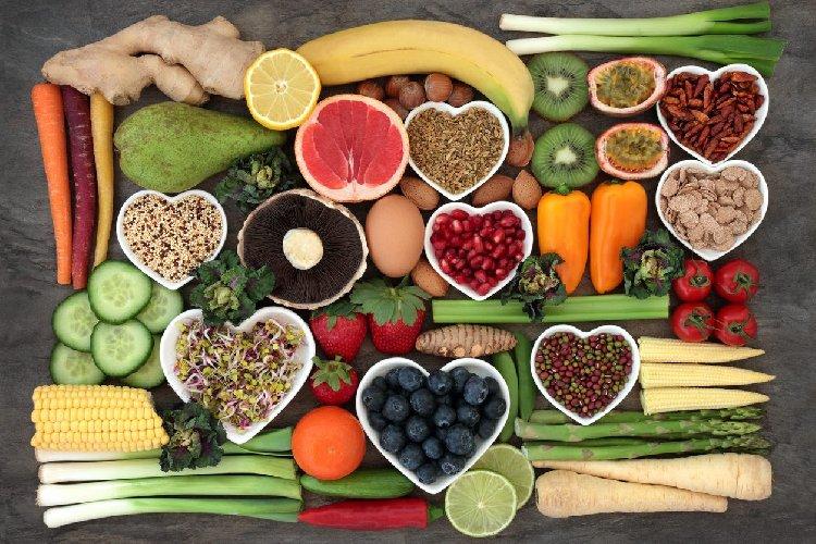 https://www.ragusanews.com//immagini_articoli/12-01-2021/gli-alimenti-detox-drenanti-e-depurativi-che-abbassano-il-colesterolo-500.jpg