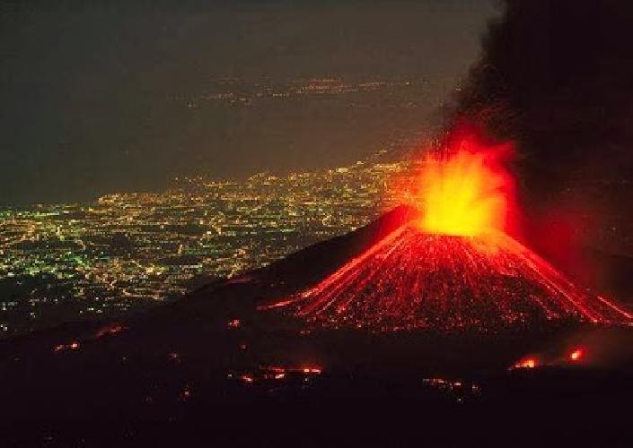 http://www.ragusanews.com//immagini_articoli/12-02-2014/etna-in-eruzione-chiuso-lo-spazio-aereo-sicilia-orientale-500.jpg