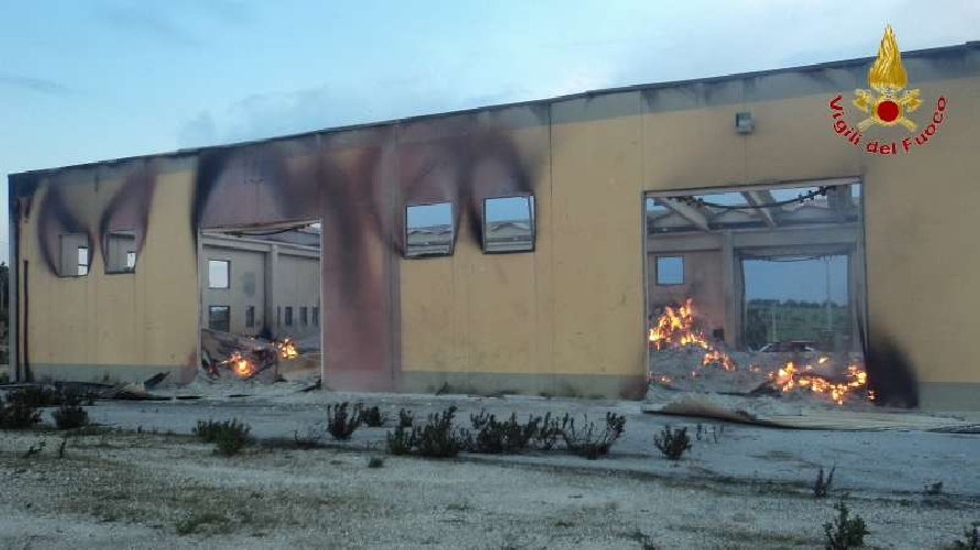 http://www.ragusanews.com//immagini_articoli/12-03-2014/va-a-fuoco-un-capannone-per-il-confezionamento-degli-imballaggi-500.jpg
