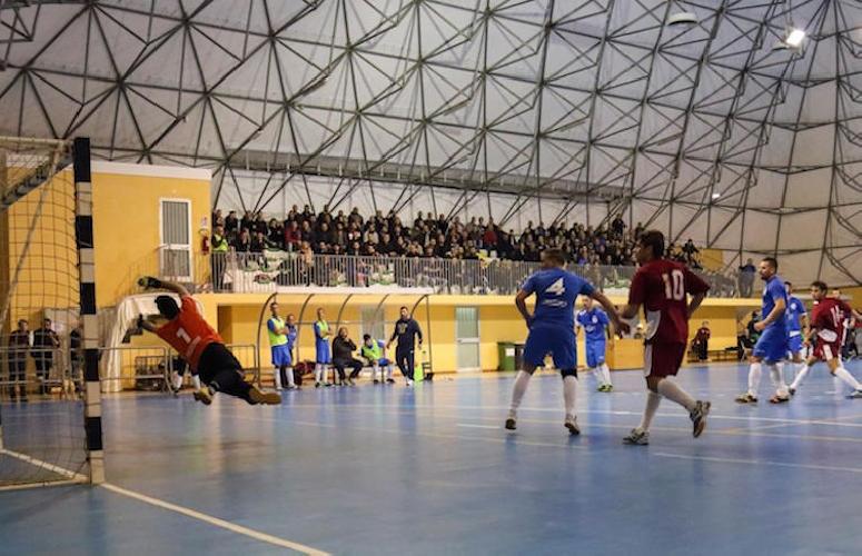 http://www.ragusanews.com//immagini_articoli/12-03-2015/calcio-a-5-scicli-batte-kamarina-500.jpg