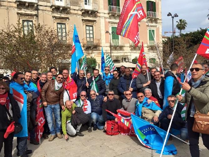 http://www.ragusanews.com//immagini_articoli/12-03-2016/manifestazione-contro-le-dimissioni-eni-500.jpg