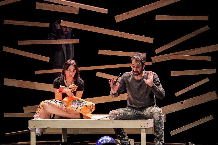 https://www.ragusanews.com//immagini_articoli/12-03-2018/catania-squilli-cellulari-incessanti-teatro-raoul-bova-rientra-500.jpg