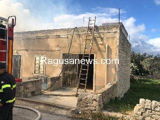 https://www.ragusanews.com//immagini_articoli/12-03-2019/1552398286-incendio-abitazione-giuliano-modica-1-240.jpg