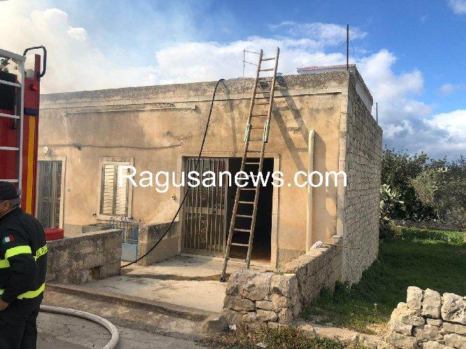 https://www.ragusanews.com//immagini_articoli/12-03-2019/1552398286-incendio-abitazione-giuliano-modica-1-500.jpg
