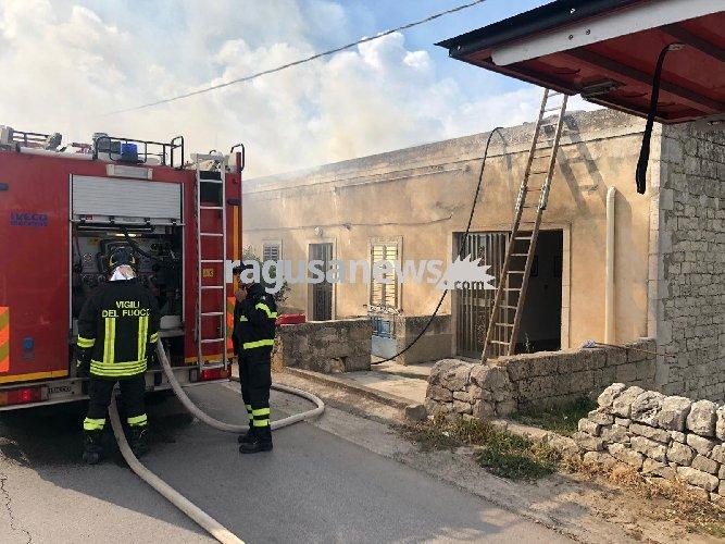 https://www.ragusanews.com//immagini_articoli/12-03-2019/incendio-abitazione-giuliano-modica-500.jpg