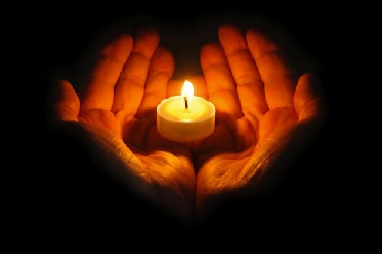 https://www.ragusanews.com//immagini_articoli/12-04-2014/tutti-insieme-una-fiaccolata-per-il-giovane-che-ha-tentato-il-suicidio-500.jpg