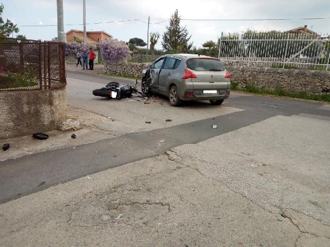 http://www.ragusanews.com//immagini_articoli/12-04-2017/modica-incidente-stradale-gravissimo-motociclista-500.jpg