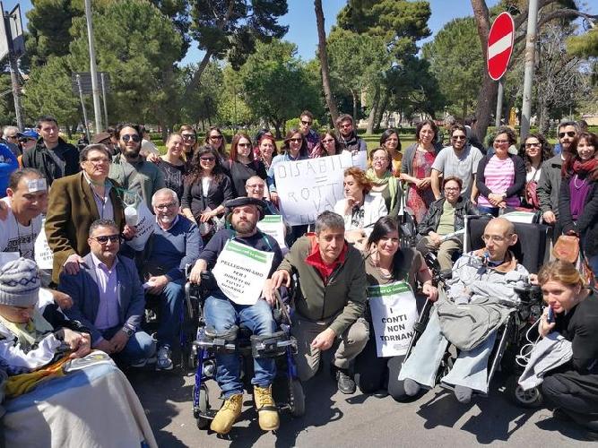 https://www.ragusanews.com//immagini_articoli/12-04-2017/siamo-handicappati-cretini-marcia-silenziosa-palermo-500.jpg