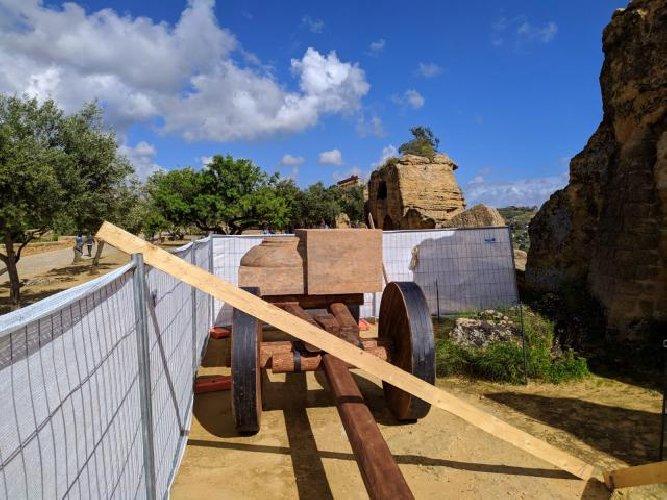 https://www.ragusanews.com//immagini_articoli/12-04-2019/1555079365-valle-dei-templi-in-mostra-le-tecniche-di-costruzione-dei-greci-foto-1-500.jpg
