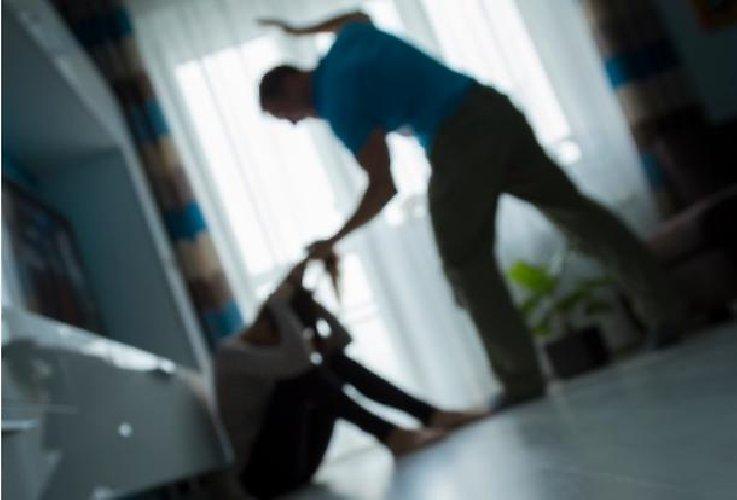https://www.ragusanews.com//immagini_articoli/12-04-2019/picchiava-la-moglie-per-costringerla-ad-avere-rapporti-con-altri-500.jpg