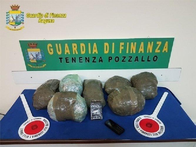 https://www.ragusanews.com//immagini_articoli/12-04-2019/pozzallo-stava-per-imbarcarsi-per-malta-con-10-chili-di-marijuana-500.jpg