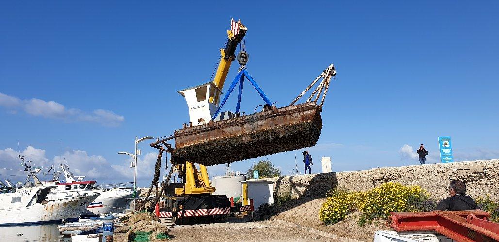 https://www.ragusanews.com//immagini_articoli/12-04-2019/rimosso-il-pontone-in-ferro-porticciolo-di-scoglitti-500.jpg
