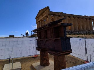 https://www.ragusanews.com//immagini_articoli/12-04-2019/valle-dei-templi-in-mostra-le-tecniche-di-costruzione-dei-greci-foto-240.jpg
