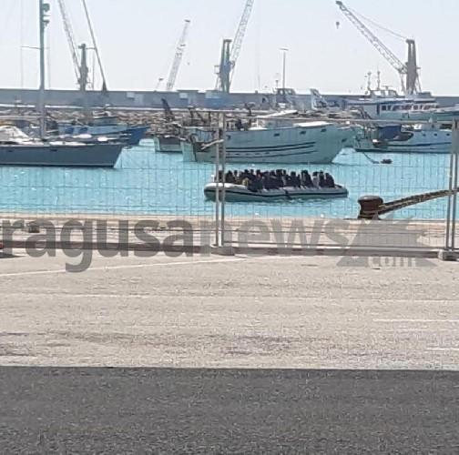 https://www.ragusanews.com//immagini_articoli/12-04-2020/sbarco-di-100-migranti-a-pozzallo,-arrivano-col-gommone-500.jpg