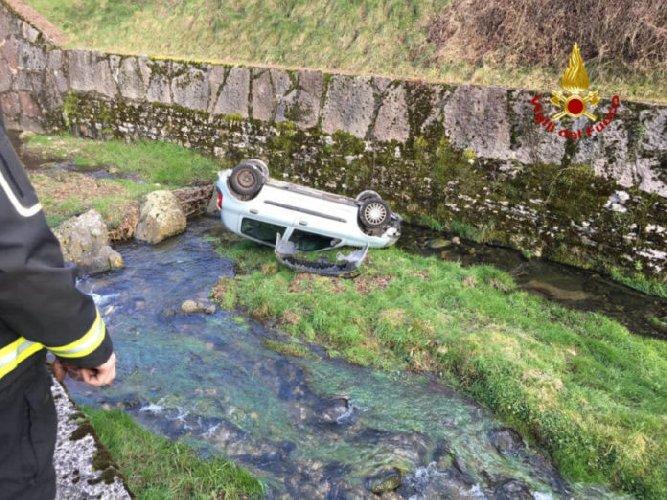 https://www.ragusanews.com//immagini_articoli/12-05-2019/auto-da-cavalcavia-finisce-in-acqua-morto-28enne-grave-24enne-500.jpg