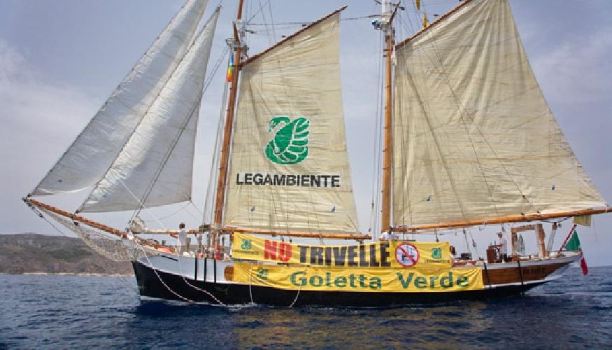 http://www.ragusanews.com//immagini_articoli/12-06-2015/goletta-verde-il-torrente-fiumara-inquina-il-mare-di-arizza-500.jpg
