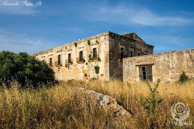 https://www.ragusanews.com//immagini_articoli/12-06-2018/casa-tocchi-sicilia-abbandonata-cassibile-500.jpg