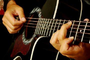 https://www.ragusanews.com//immagini_articoli/12-06-2018/droga-occultata-chitarra-arrestato-studente-ispica-240.jpg